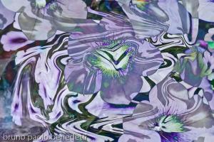 fiore astratto in immagine di dominante viola con sfumature bianche e verdi
