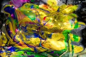 immagine astratta con forme colorate fluttuanti e giochi di luce