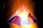 piramide di cristallo su fiamma in cielo nero