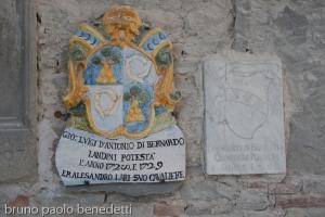 testi di famiglie storiche su palazzo di Dovadola, Romagna, uno dei quali di ceramica