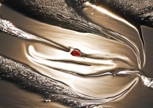 luce e rilessi in tessitura come seta con simbolo rosso al centro