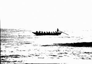barca con sagome su riflessi di luce sul mare