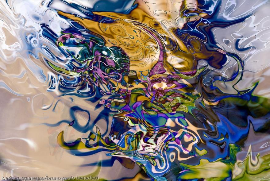 immagine astratta fluida colorata con forme astratte fluide che si dissolvono