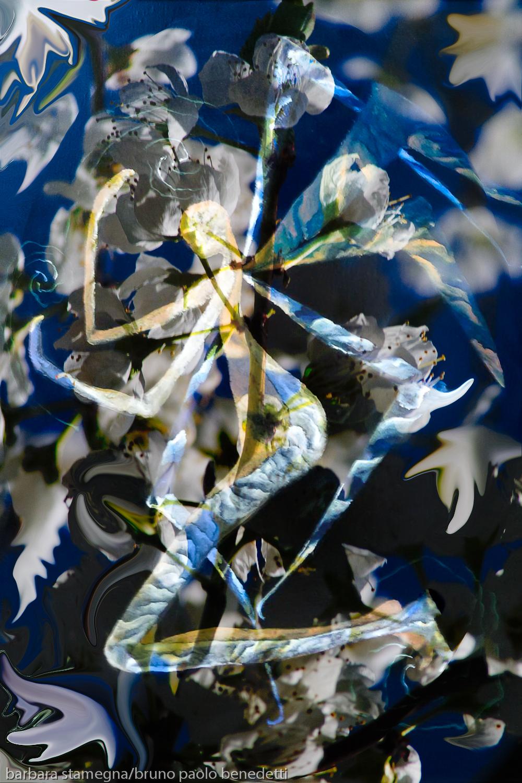 immagine centrale screziata simile ad un angelo con le ali su tema astratto di colore bianco e blu
