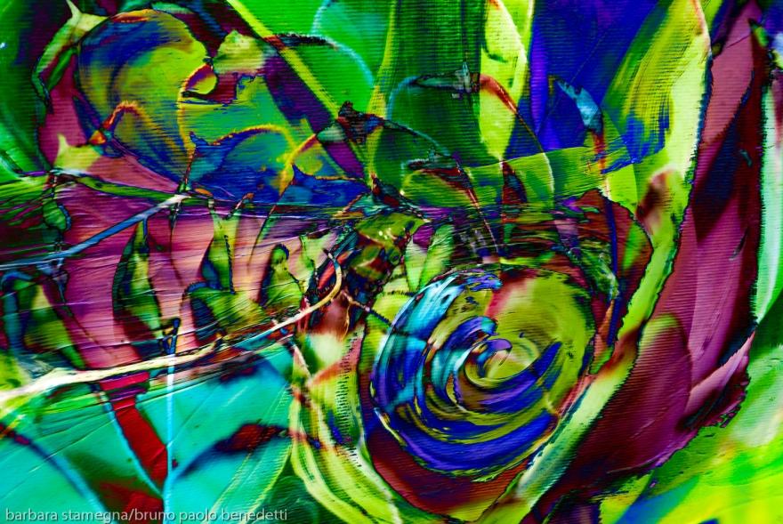 composizione con turbine di colori verde e fucsia di forme astratte