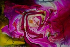 opera di arte moderna astratta di fusione di pittura e fotografia con turbinio di forme astratte rosa in immagine con dominante di colore fucsia