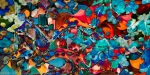 composizione di arte moderna astratta con chiazze di forme dai molti colori brillanti con una dominante di colore rosso e toni di colore blu