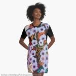 abito grafico da donna con disegno di astrazione come di fiori eterei fluttuanti di colore indaco su sfondo screziato variopinto