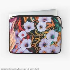 custodia per laptop con disegno di astrazione come di fiori eterei fluttuanti di colore indaco su sfondo screziato variopinto