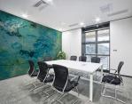 stampa murale adesiva astratta con tema che richiama un blue hole riproduzione di dipinto su tela con smalto e tempera ambientata in una sala riunioni
