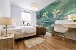 stampa adesiva murale con motivo astratto floreale su acqua in tonalità verde con forme floreali astratte su parete di camera da letto