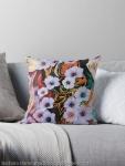 cuscino da divano con design astratto con delicato ed etereo motivodi fiori fluttuanti di colore indaco su sfondo screziato variopinto