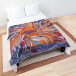 coperta con tema astratto formato da forme confluenti in arancione e blu su letto
