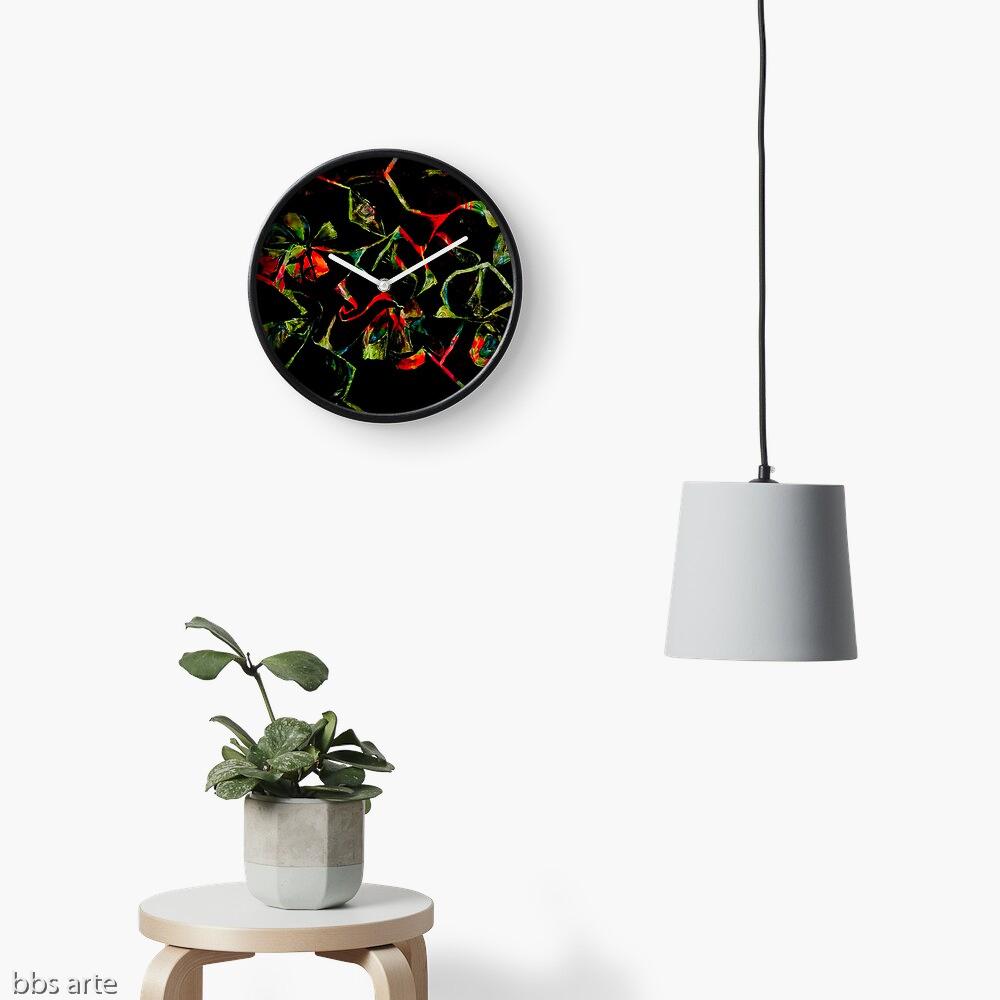 orologio da muro con motivo astratto di forme naturali geometriche rosse e verdi su sfondo nero