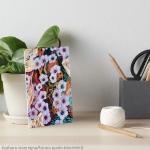 tavola artistica con delicato ed etereo motivodi fiori fluttuanti di colore indaco su sfondo screziato variopinto